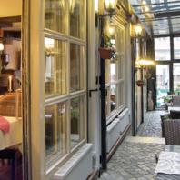 Gasträume - Gemütliche und Alt-Hamburger Gastlichkeit im Wintergarten des Restaurants mit Blick auf den Nicolai-Fleet.