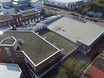 Drohnenbild eines stark frequentiertes Fachmarktzentrum aus Anfang der 90er Jahre in Erftstadt