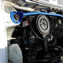 Ein optischer Punkt im Motorraum die Wiechers Domstrebe in Blau, passend zu den originalen blauen Seitenstreifen.