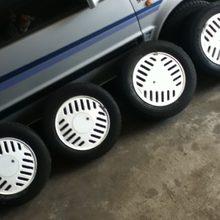 Centra Gullideckelfelgen in Weiß mit 25 Jahre alten Reifen.
