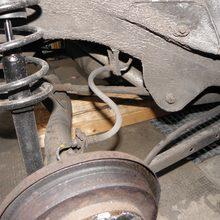 Tausch der hinteren Bremsschläuche und der Bremszylinder nachdem sie geplatzt waren und 1 Felge beschädigt haben.