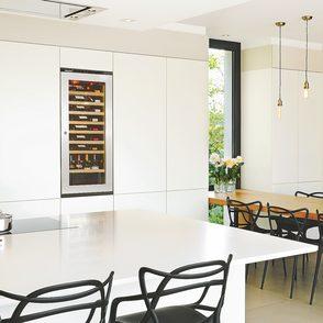 Küche mit großem integriertem Weinklimaschrank