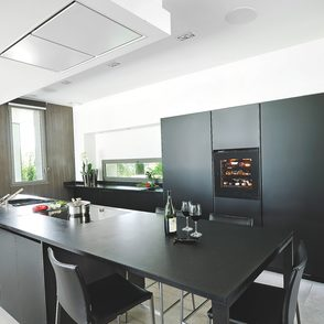 Küche mit kleinem integriertem Weinklimaschrank