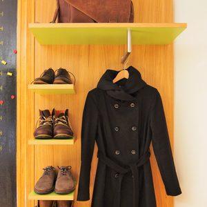 Garderobe in Eiche mit HPL-belegten Böden