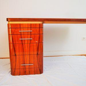 Meisterstück Schreibtisch in Tineofurniert, hochglanzlackiert mit Ledereinlage