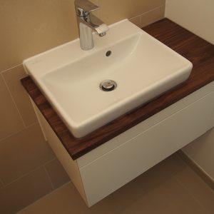 Waschtisch mit weiß matt-lackiertem Korpus, Waschtischplatte aus Nussbaum, geölt