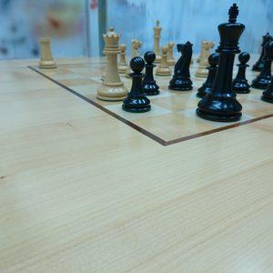Tischplatte aus europäischer Kirsche mit eingelassenem Schachbrett