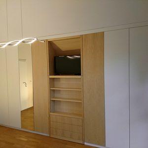 Einbauschrank mit weiß matt-lackierten Türen, Mittelteil Birke massiv und furniert, Oberfläche geölt
