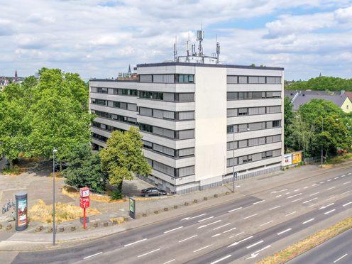 Drohnenaufnahme einer ansprechenden und klassischen Bürogebäude in Köln