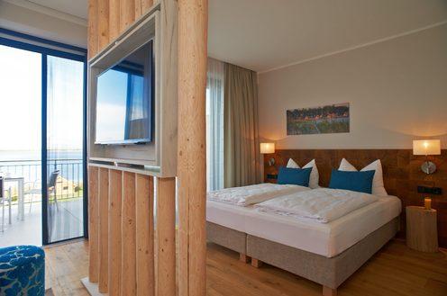 Hotelzimmer mit Doppelbett und Seeausblick